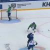 Kuriózní moment v KHL! Soupeř útočil, brankář vesele pil z lahve + VIDEO
