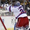 Celá Amerika se směje brankáři Rangers! Pustil gól přes půl kluziště + VIDEO